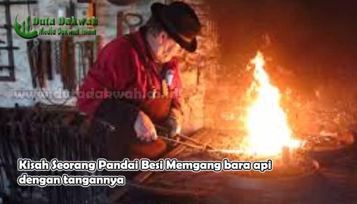 Kisah Keajaiban Seorang Pandai Besi Memegang bara api